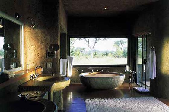 ванная комната в одном из домиков sabi-sabi-earth-lodge