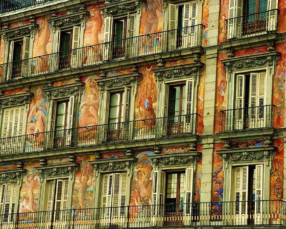 Один из красивейших домов на Пласа Майор. Потрясающие старинные фрески. Фото by chrisjfry (flickr.com)